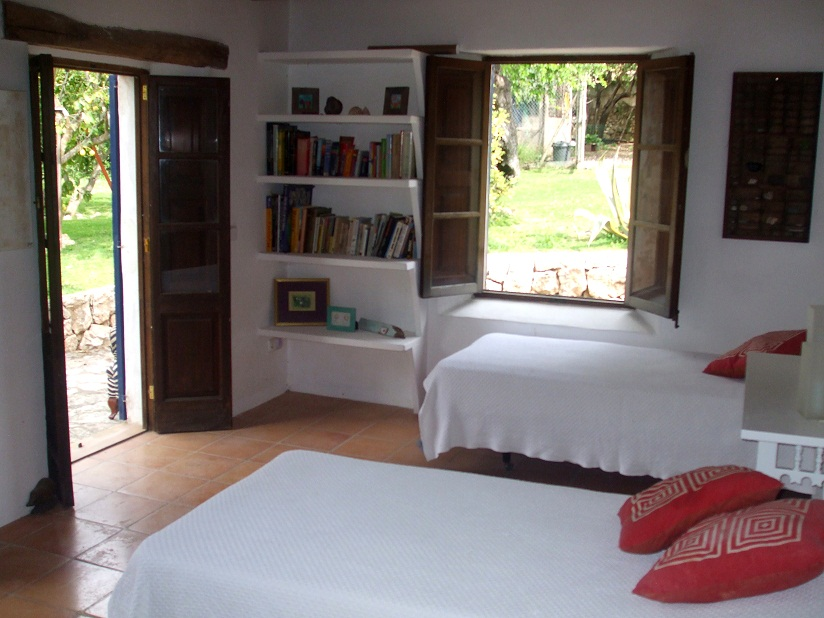 bedroom, villa, casa, garden, swimming pool, parasol property rentals, campanet, jan Dexter