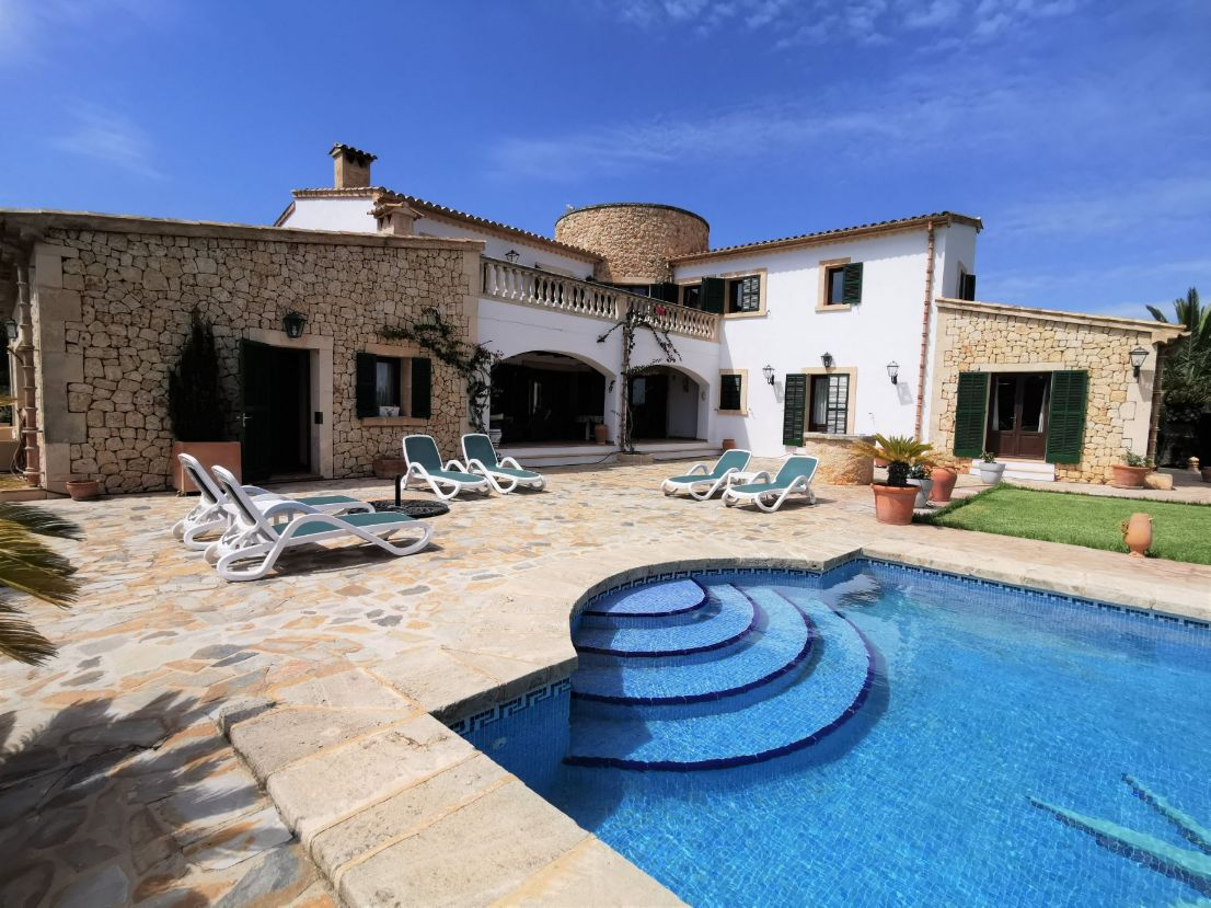 Luxury countryside villa for sale in Mallorca with tourist license