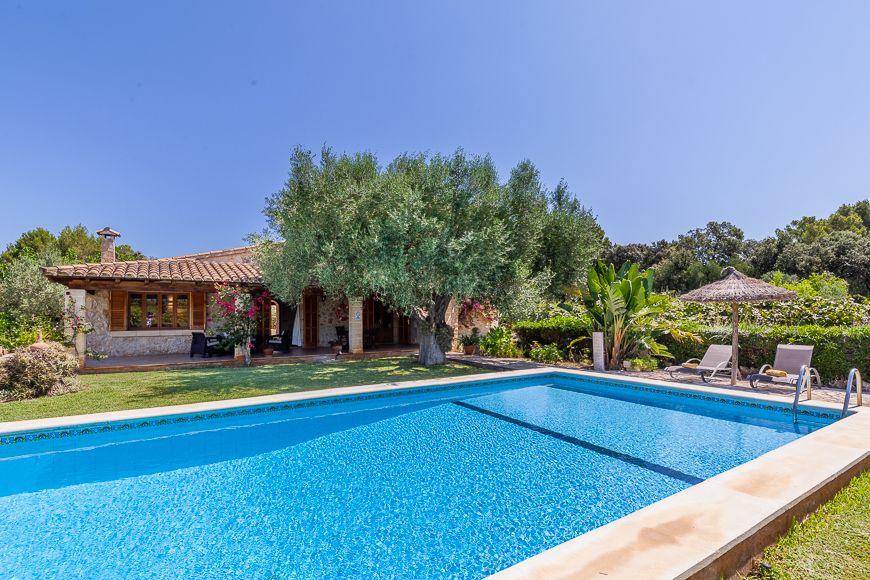 Pretty 2 bedroom rural holiday rental Pollensa Mallorca